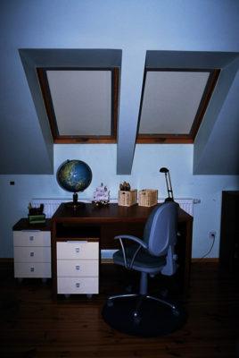 rolety dachowe zamontowane w biurze
