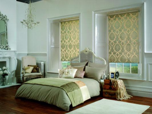 Rolety wolnowiszące w pięknej, jasnej sypialni
