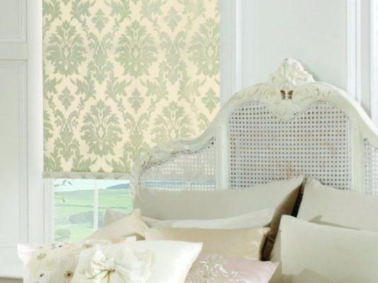 Rolety wolnowiszące w sypialni