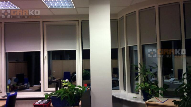rolety wolnowiszące w biurze