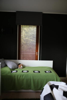 Odsłonięte żaluzje drewniane na drzwiach balkonowych