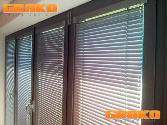 Żaluzje aluminiowe poziome zawieszona na oknach