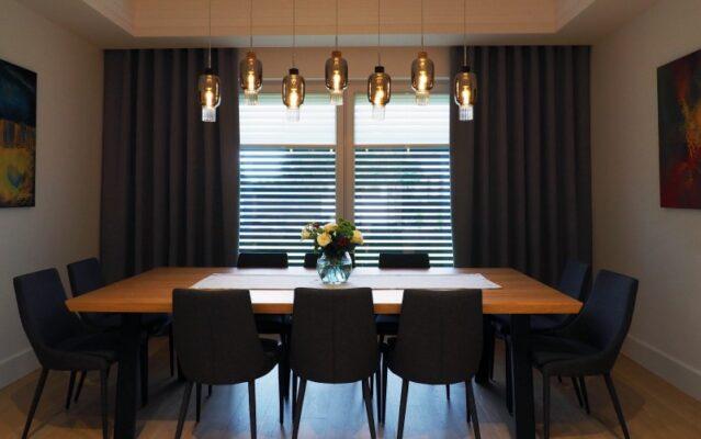 Czarne stylowe zasłony, zamontowane w jadalni